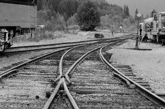 Buigende Spoorwegsporen met spoorwegauto op achtergrond Royalty-vrije Stock Afbeelding