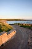 Buigende weg die tot een baai leidt stock fotografie