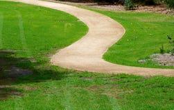 Buigende weg door gras Royalty-vrije Stock Foto's