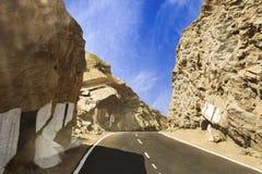 Buigende weg door klippen en bergen tussen Ajmer en Duw Stock Foto