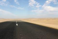 Buigt de teer zwarte weg een hoek stock afbeelding