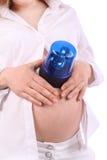 Buik van zwangere vrouw die flitser op buik zet Stock Foto