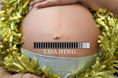 Buik van zwangere vrouwen en ladingsteksten in concept tijd in c Royalty-vrije Stock Afbeeldingen