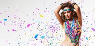 Buikdanser in kleurrijke nacklace met bloemblaadjes royalty-vrije stock foto
