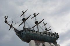 Builded het eerste Russische oorlogsschip van het bronsmonument in St. Petersburg Stock Foto