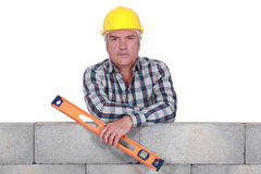 Builder with a spirit level Royalty Free Stock Photos