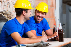 Builders having break on construction site Royalty Free Stock Images