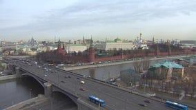 buildig wysoki Moscow panoramy widok Kremlin, Moskwa rzeka Samochodowy ruch drogowy przy bridżowym Kremlin blisko zdjęcie wideo