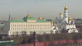 buildig wysoki Moscow panoramy widok Kremlin, Złoci kopuła kościół, Moskwa rzeka zbiory wideo