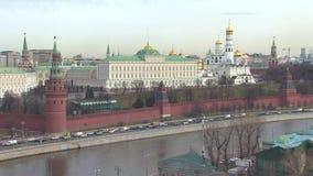 buildig wysoki Moscow panoramy widok Kremlin, Złoci kopuła kościół, rzeka Samochodowy ruch drogowy blisko Kremlin zbiory