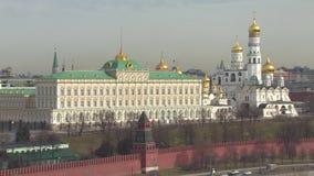 buildig wysoki Moscow panoramy widok Kremlin, Złoci kopuła kościół Samochodowy ruch drogowy zbiory wideo