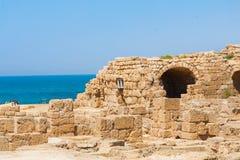 Buildin di pietra falled romano nella fine archeologica del sito di Cesarea fotografia stock