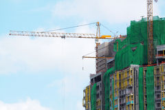 Building crane and building under construction against blue sky Royalty Free Stock Photos