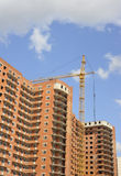 Building with elevating crane Royalty Free Stock Photography