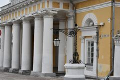 The building of the former guardhouse in Kostroma. — the monument of the late classicism Empire style, one of the attractions included in the architectural Stock Photos