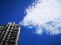 A building and the white clouds Royalty Free Stock Photography