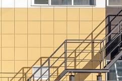 Building& x27 ; façade de s Le mur des panneaux en aluminium de composé avec une échelle Images stock