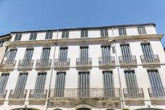Buildinga francés típico con las ventanas antiguas en Nimes, Francia Imagenes de archivo