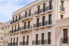 Buildinga rosado típico con las ventanas antiguas en Mónaco, Francia Foto de archivo
