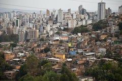 Buildingd und armes Elendsviertel von Brasilien. Stockfotografie