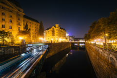 Buildings along and train bridge over Wienfluss at night, in Vie Stock Photos