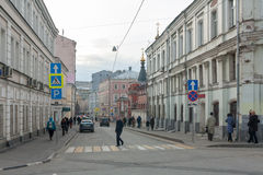 Buildings, people and cars in Podkolokolny street in Moscow Stock Photography