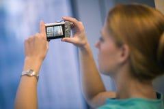 buildings picture taking woman Στοκ εικόνα με δικαίωμα ελεύθερης χρήσης