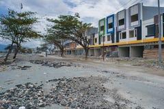 Buildngs dañado en la costa costa después del golpe Palu del tsunami el 28 de septiembre de 2018 imagen de archivo libre de regalías
