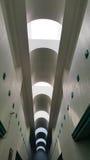 builidng走道美好的天花板设计  免版税库存照片