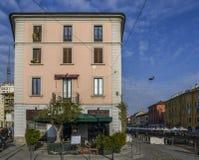 Builings och loppmarknad längs Naviglio den stora kanalen i det bohemNavigli området av Milan, Italien Kanalen är långa 50km Royaltyfria Foton