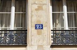 Builng nummer och fönster Arkivfoto