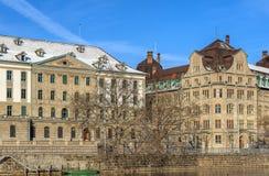 Builsings längs den Limmat floden i Zurich, Schweiz Arkivbilder