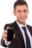 Buiness Mann zeigt ein smartphone stockfotografie