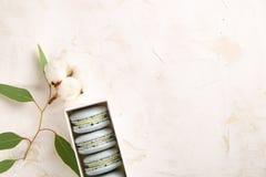 Buiscits français de dessert de macarons de myrtille sur le fond texturisé rose blanc en bois Photo libre de droits
