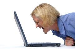 Buisinesswoman, das an ihm schreit lizenzfreies stockfoto