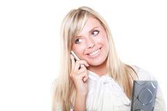 Buisinesswoman louro feliz com telefone móvel imagens de stock royalty free