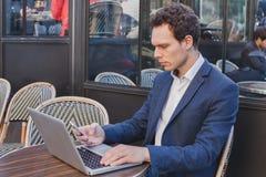 Buisnessman χρησιμοποιώντας Διαδίκτυο στο κινητό τηλέφωνο Στοκ Εικόνες