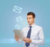 Buisnessman com PC e envelope da tabuleta Imagens de Stock