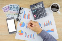 Buisnessman, das Finanzarbeit am Schreibtisch erledigt Lizenzfreie Stockbilder