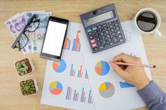 Buisnessman, das Finanzarbeit am Schreibtisch erledigt Stockfotografie