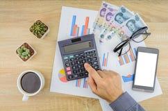 Buisnessman, das Finanzarbeit am Schreibtisch erledigt Stockbilder