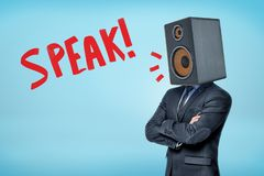 Buisnessman in een kostuum, met een grote akoestische spreker in plaats van zijn hoofd en titel 'Speak 'op een blauwe backround royalty-vrije stock afbeeldingen
