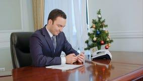 Buisnessman félicite des collègues, textotant SMS utilisant un téléphone portable et un sourire photo libre de droits