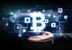 Buisnessman hand med bitcoinkvarterkedjan royaltyfri fotografi