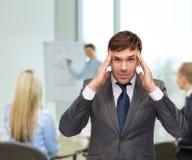 Buisnessman ou professeur soumis à une contrainte ayant le mal de tête images libres de droits