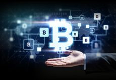 Buisnessman ręka z bitcoin blokowym łańcuchem fotografia royalty free