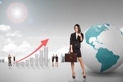 Buisnesspeople com gráfico e terra do crescimento Fotografia de Stock Royalty Free