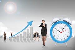 Buisnesswoman que olha seu relógio Imagens de Stock