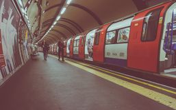 Buistrein bij platform in Londen Royalty-vrije Stock Foto's