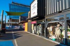 Buit de zone d'atelier avec des récipients d'expédition à Christchurch, Nouvelle-Zélande Photos libres de droits